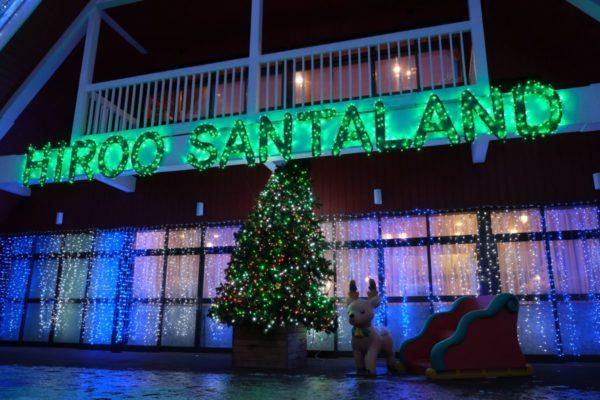 広尾サンタの家のシンボルツリーとトナカイ